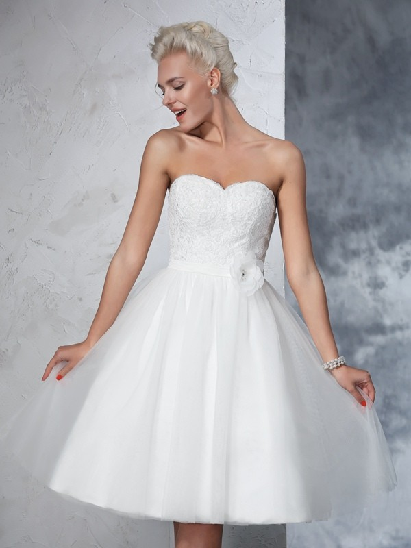 A-Line/Princess Sleeveless Sweetheart Net Knee-Length Wedding Dress with Hand-Made Flower