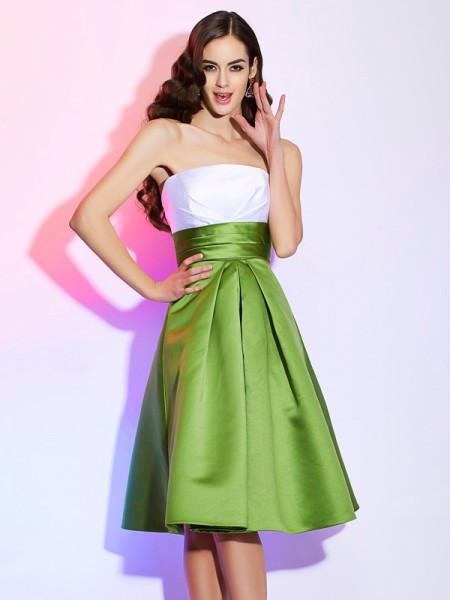 A-Line/Princess Strapless Sleeveless Satin Knee-Length Dresses with Pleats