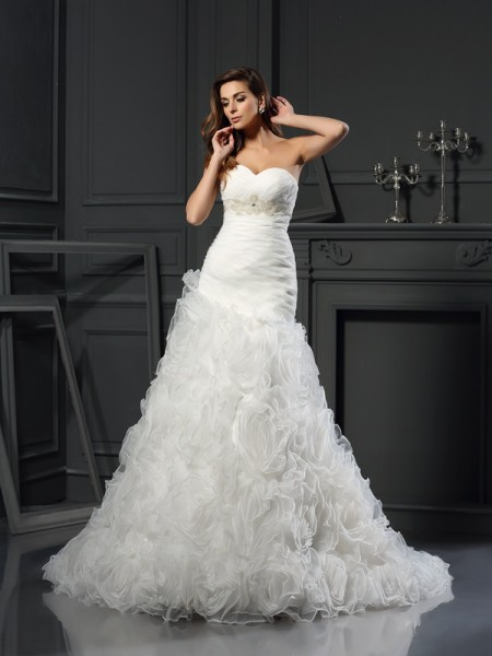 A-Line/Princess Sweetheart Sleeveless Organza Chapel Train Wedding Dresses with Beading