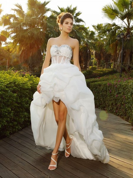 A-Line/Princess Sweetheart Asymmetrical Sleeveless Organza Wedding Dresses with Beading
