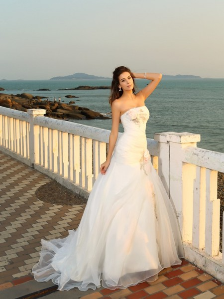 Ball Gown Sleeveless Chapel Train Strapless Satin Beach Wedding Dresses with Hand-Made Flower