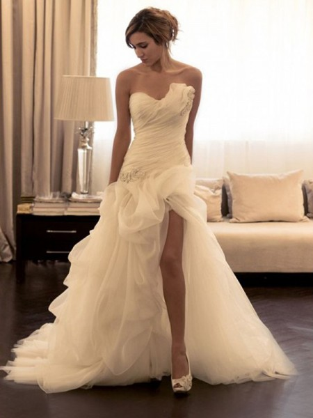 Ball Gown Organza Sweetheart Sleeveless Sweep/Brush Train Wedding Dress with Beading